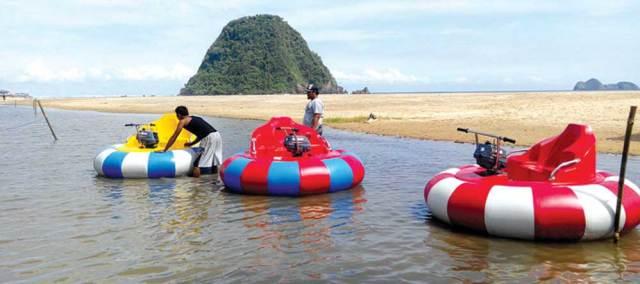 Wahana-ocean-bumper-yang-diharapkan-menjadi-alternatif-bagi-keluarga-dan-pengunjung-Pantai-Pulau-Merah,-kemarin