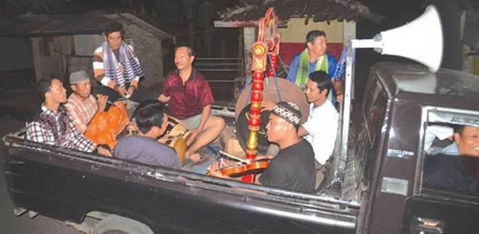 Para-wiyogo-grup-Larasati-memainkan-alat-musik-gandrung-di-atas-mobil-pikap-untuk-membangunkan-warga-sahur-di-Kecamatan-Singouruh-dini-hari
