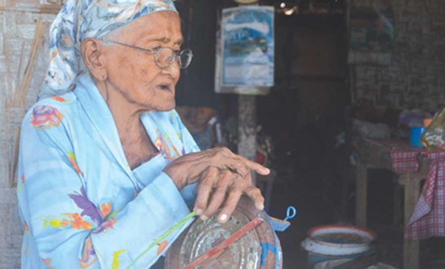 Rajemah-memperbaiki-sumbu-kompor-di-rumahnya-di-Dusun-Melik,-Desa-Parijatah-Kulon,-Kecamatan-Srono,-kemarin.