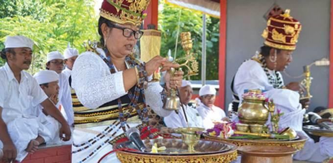Ida-Pedanda-Gede-Istri-Rai-Sigaran-Griya-Manistutu-memimpin-puncak-karya-pengentegan-di-Pura-Dalem-Amerthasari,-Desa-Watukebo,-Kecamatan-Rogojampi,-kemarin.