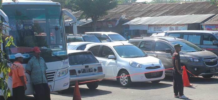 Kendaraan-pribadi-milik-warga-yang-berbelanja-di-pasar-memadati-Terminal-Bus-Jajag,-Kecamatan-Gambiran,-Banyuwangi,-kemarin.