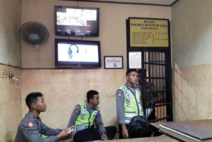 Petugas-menjaga-bagian-depan-ruang-tahanan-Polres-Banyuwangi