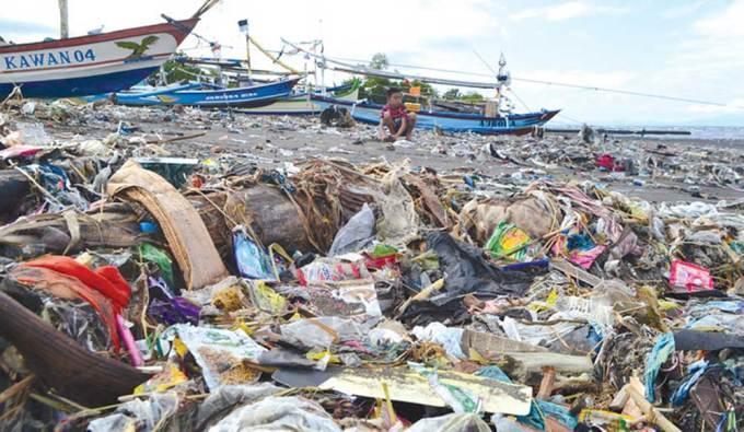 Seorang-anak-bermain-di-antara-tumpukan-sampah-yang-berserakan-di-sepanjang-Pantai-Satelit,-Dusun-Palurejo,-Desa-Tembokrejo,-kemarin