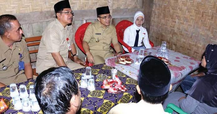 Bupati-Anas-didampingi-Kadis-Pendidikan,-Sulihtiyono,-mengunjungi-rumah-Nur-Natasya,-salah-satu-siswa-yang-terjaring-program-Garda-Ampuh.