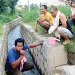 Krisi Air Bersih, Warga Mandi di Saluran Irigasi