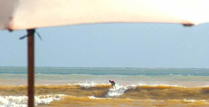Seorang-warga-nekat-bermain-surfing-di-pantai-Pulau-Merah-kemarin-sore.