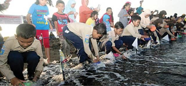 Siswa-SD-se-Kecamatan-Banyuwangi-melepas-liarkan-anak-penyu-di-Pantai-Boom-Banyuwangi-sore-kemarin.