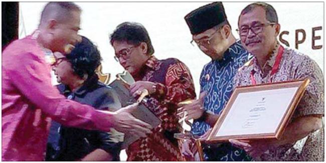asisten-administrasi-pembangunan-dan-kesejahteraan-rakyat-kesra-agus-siswanto-menerima-piagam-top-10-indeks-pariwisata-indonesia-dari-menpar-arief-yahya-di-jakarta-kemarin