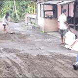 jalan-yang-rusak-di-desa-ringintelu-oleh-warga-diuruk-dengan-gotong-royong-kemairn