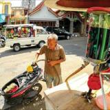 seorang-penjual-sedang-mengisikan-bbm-ke-tangki-sepeda-motor-di-sebuah-pertamini-yang-beralamat-di-jalan-mh-thamrin-banyuwangi