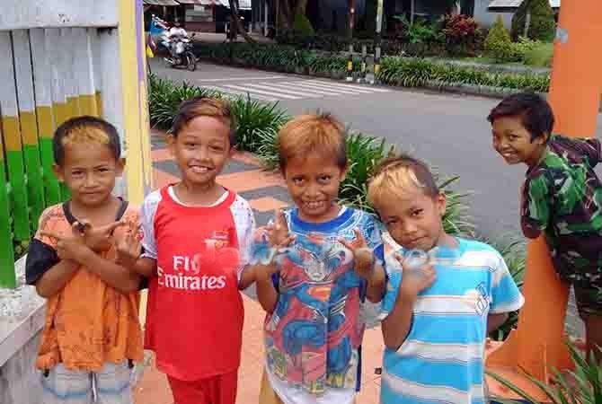 Libur Sekolah, Anak-Anak Tampil Beda dengan Cat Rambut