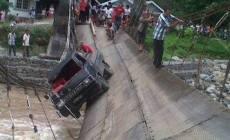 Permalink ke Jembatan Batu Busuk Ambruk, Mobil Pickup Tergantung
