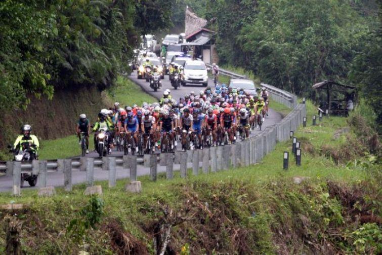 Suasana kejuaraan Tour de Singkarak 2015 di Painan, Sumatera Barat. Foto : Media Indonesia