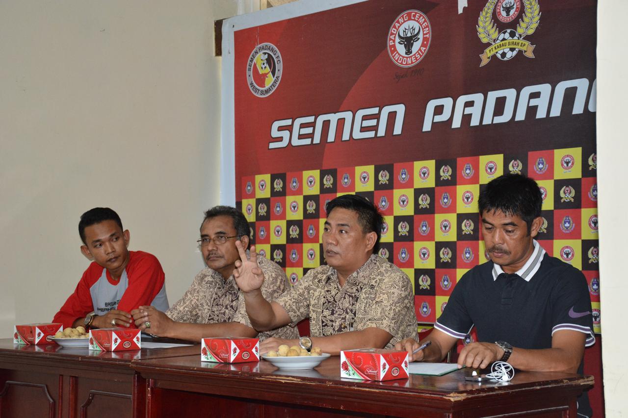 Jumpa Pers Manajemen Semen Padang FC mengumumkan skuad pemain. Foto : Istimewa