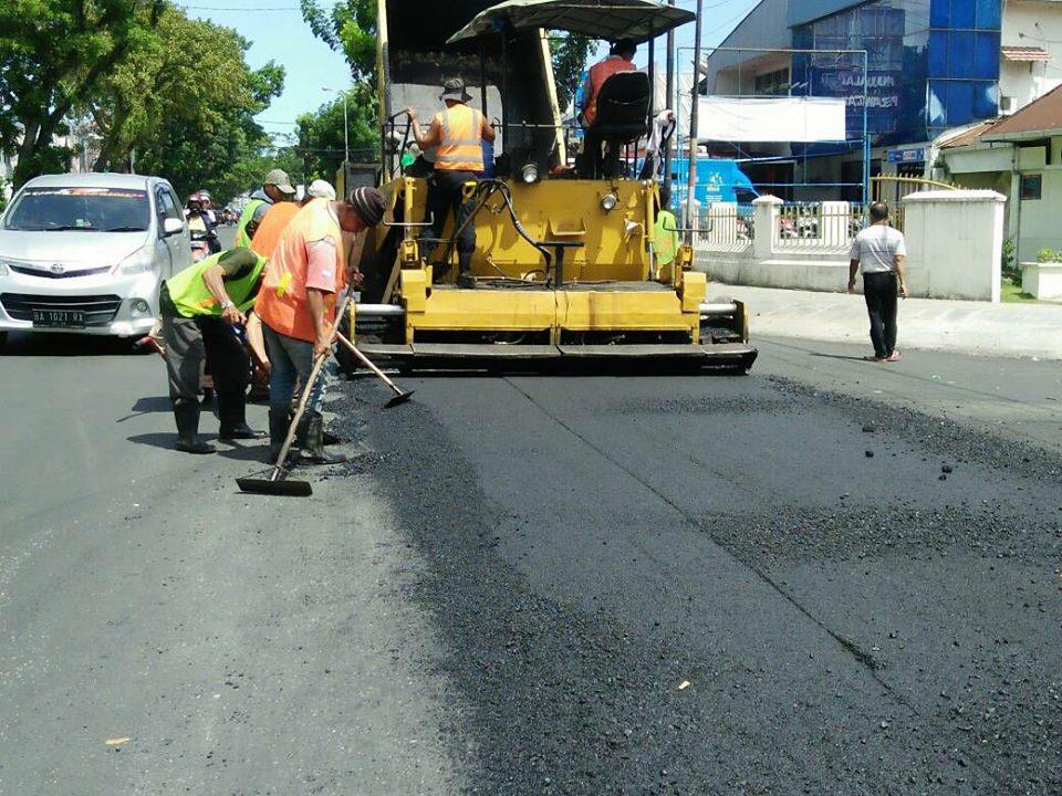 Perbaikan oleh Dinas Pekerjaan Umum Kota Padang pada salah satu ruas jalan. Foto : Istimewa