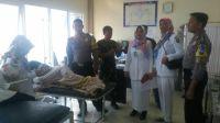 Korban yang tenggelam di Danau Singkarak tengah mendapatkan tindakan medis di Puskesmas Singkarak, Kabupaten Solok. Foto : Istimewa