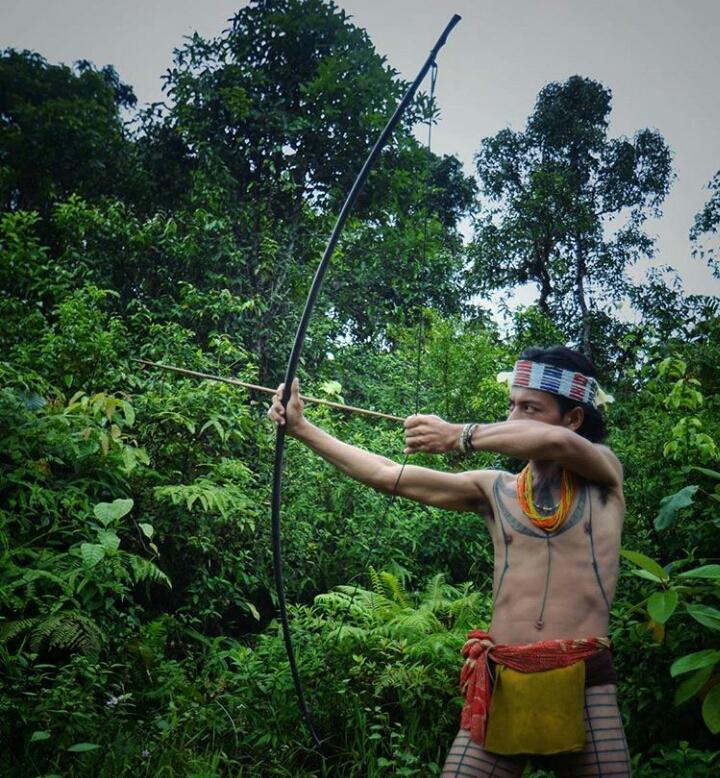 Salah seorang warga Kepulauan Mentawai saat memerankan menggunakan panah beracun. Panah beracun ini akan difestivalkan pekan depan./Dokumenteteri.