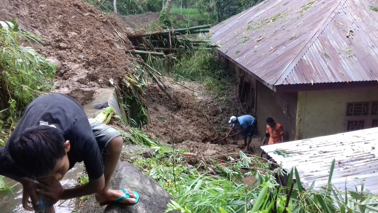 Lokasi bencana alam longsor di Pengambiran Ampalu, Lubuk Begalung, Kota Padang.