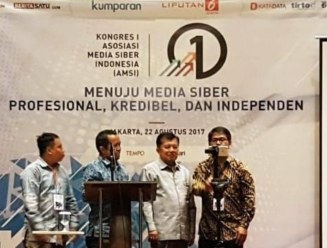 Wakil Presiden Jusuf Kalla menekan layar digital sebagai tanda dibukanya Kongres pertama Asosiasi Media Siber Indonesia
