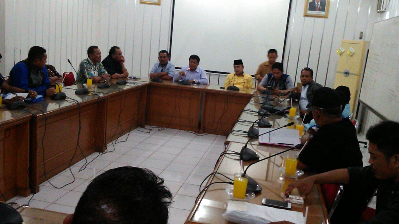 pertemuan masyarakat Kuranji Kota Padang dengan anggota DPRD Kota Padang terkait dugaan pelecehan verbal.JPG