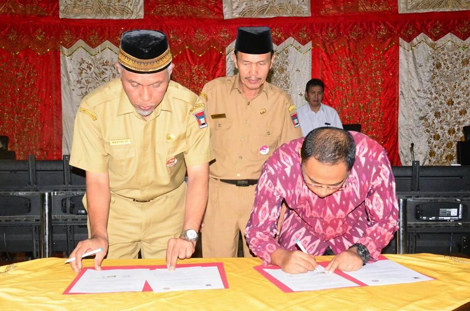 Pentandatangan NPHD Pilkada Kota Padang tahun 2018 oleh Pemko Padang dan Panwaslu Padang.