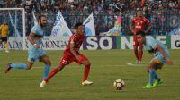 Laga pertandingan Persela Lamongan melawan Semen Padang FC, Minggu (15/10/2017) sore.