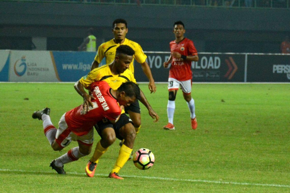 Pertandingan Persija Jakarta melawan Semen Padang FC dalam laga lanjutan Gojek Traveloka Liga 1 di Stadion Patriot Candrabhaga, Bekasi, Minggu (22/10/2017) malam. Foto : Istimewa