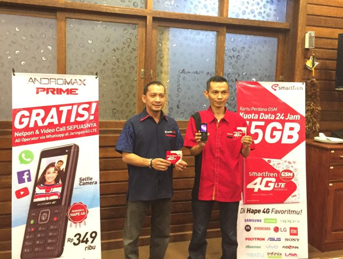 Regional Head North Sumatera Smartfren, Antony Pandapotan bersama Cluster Manager Smartfren Sumbar, A. Fakhrurrazi menunjukkan program baru dari Smartfren.