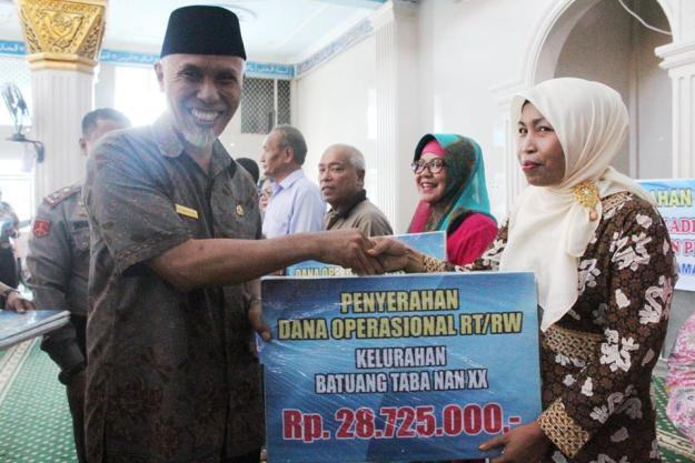 Walikota Padang Mahyeldi Ansharullah menyalurkan dana operasional bagi RT dan RW sekaligus Kader Posyandu, Kader PAUD dan PMT Posyandu se-Kecamatan Lubuk Begalung (Lubeg)
