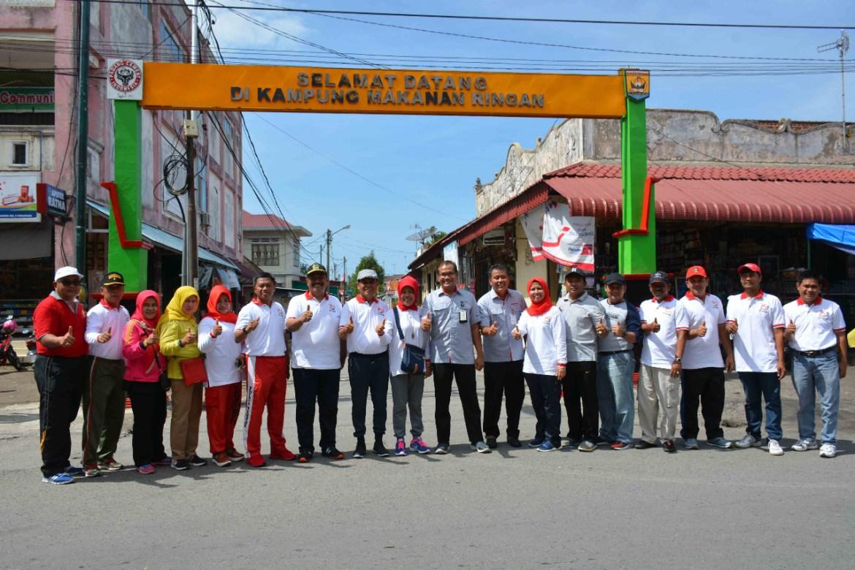 Walikota Pariaman Mukhlis Rahman mengunjungi kampung oleh-oleh bersama Kepala Departemen Komunikasi Perusahaan PT Semen Padang Iskandar Z Lubis. Foto : Roni Valega