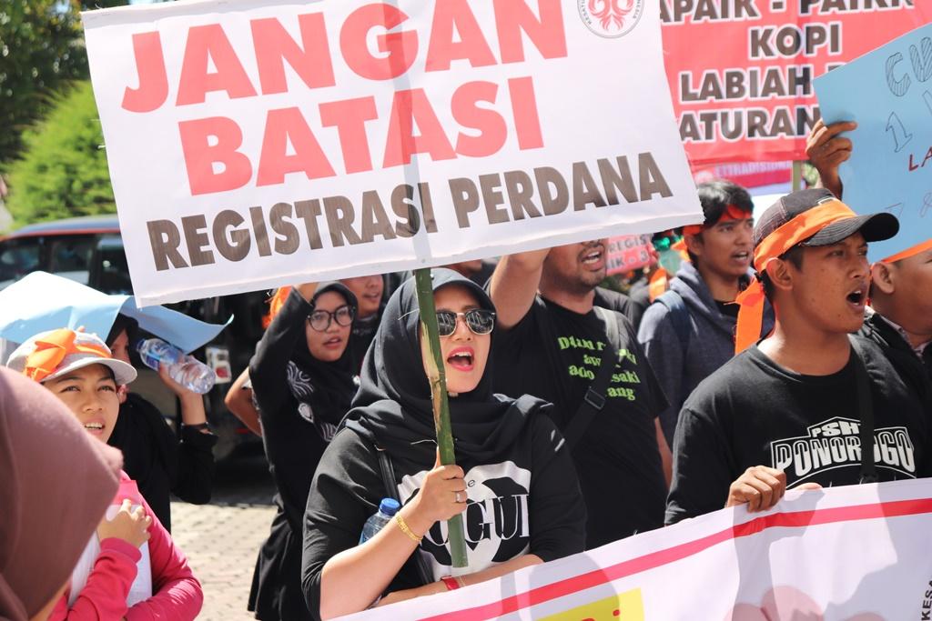 Unjuk rasa pemilik outlet seluler Sumatera Barat di Gedung DPRD Sumatera Barat soal aturan Kominfo RI terkait batasan registrasi kartu