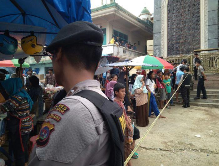 Pihak kepolisian Tanah Datar melakukan pengamanan dan sterilisasi pada Mesjid Al Ikhsan, Batusangkat, Kabupaten Tanah Datar. Foto : Kabarsumbar