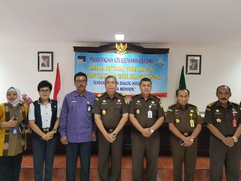 Kejaksaan Tinggi Sulawesi Tengah Sampe Tuah dan Kepala Stasiun LPP RRI Palu Hery Haryono menandatangani kerja sama program Jaksa Menyapa di aula Baharudin Lopa Kejati Sulteng Kamis (18/1/2018).(foto:ist)