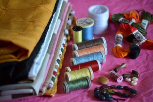 Photo du tissus, fils et boutons pour le projet 52 sur le thème oraganisation