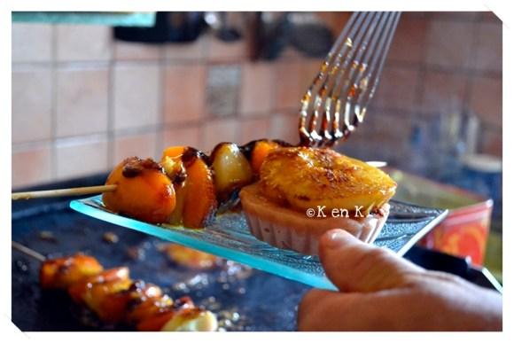 Dressage Brochette pêche plate et d'abricots caramélisés à la plancha un dessert servi avec un sorbet à la pêche sur le blog de cuisine avec des produits frais et bio de ©Kaderick en Kuizinn
