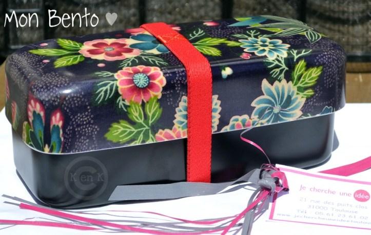 Ma boite bento faites avec un kimono traditionnel avec des fleurs et de couleur prune