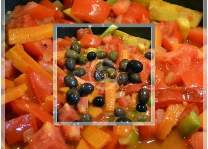 recette des légumes bio épicés cuits en cocotte, courgettes, poivrons, olives, carottes