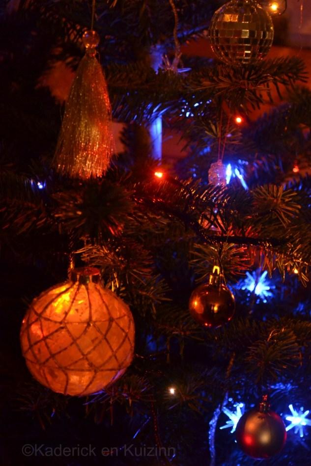 Photo du sapin illuminé et les boules de Noël pour le Projet 52