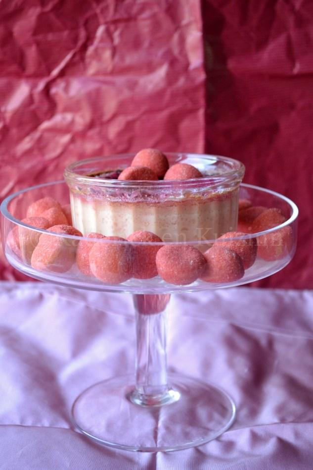 Photo-Crème brûlée aux fraises tagada présenté sous une cloche transparente
