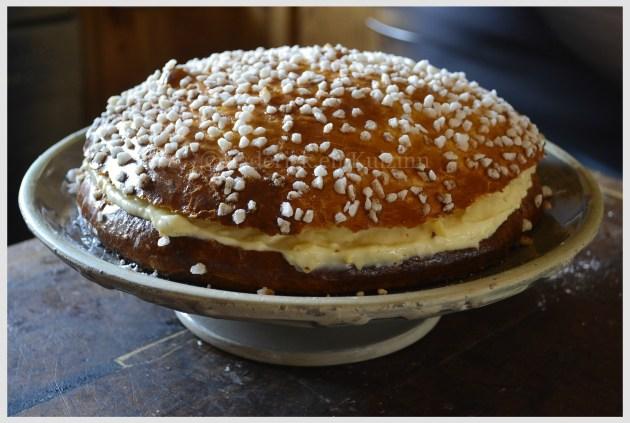 Recette-Tarte Tropézienne présentée sur un plat à gâteaux avec un pied-Dessert