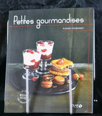 """Présentation du livre des """"Petites Gourmandises"""" des éditions Solar sur son trépied"""