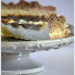 Dégustation et recette traditionnelle du Flan Pâtissier servi sur un plat gris à pied