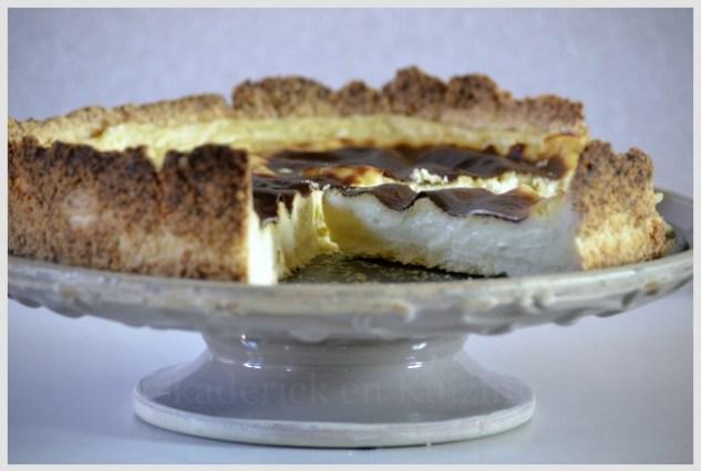 Flan pâtissier vanillé dans un plat de présentation à pied gris