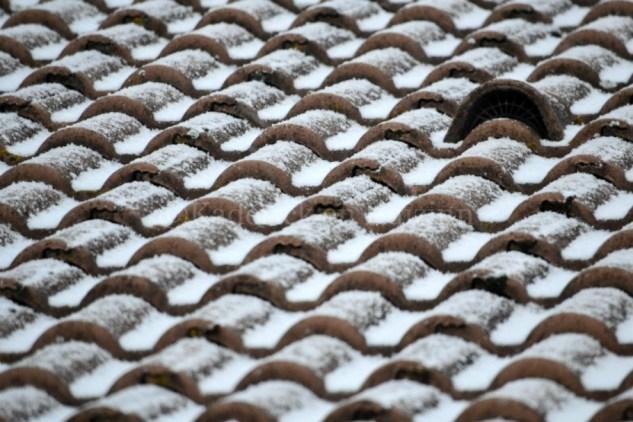 """Photo des tuiles du toit enneigées en perspective pour le thème du projet photo """"vivre la photo"""""""