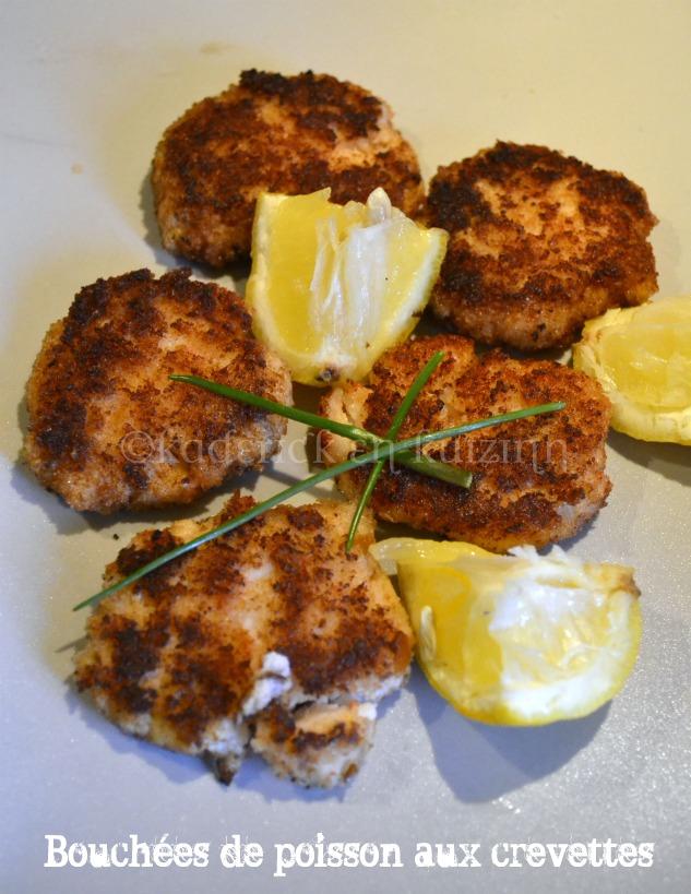 Recette des bouchées de poisson panées aux crevettes servi avec des quartiers de citron bio et de la ciboulette, un plat du jour facile à faire et économique
