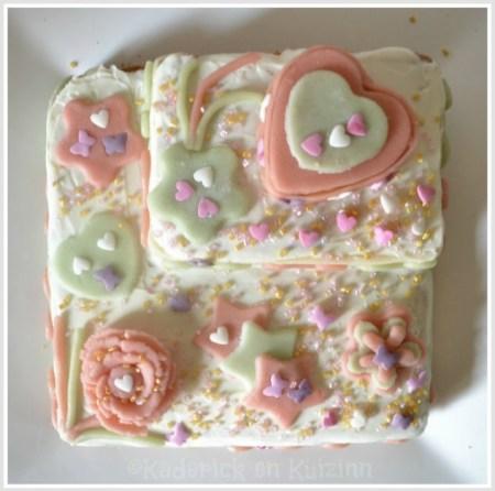 Recette du gâteau vue de dessus - gâteau fête des mères décoré de fleur et de coeurs en pâte d'amande verte et rose