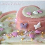 Recette du gâteau doux comme bisous - Gâteau de fête des mères décoré de fleur et de coeurs en pâte d'amande verte et rose pour Culino Versions