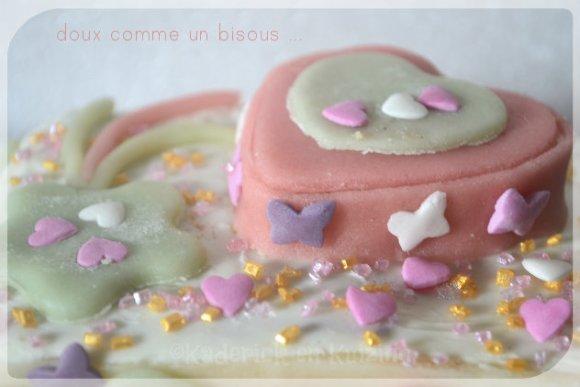 Recette du gateau doux comme bisous pour la fête des mères décoré de fleur et de coeurs en pâte d'amande verte et rose