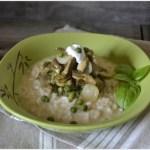 Présentation du risotto aux légumes bio printaniers avec des petits pois, courgettes et artichauts