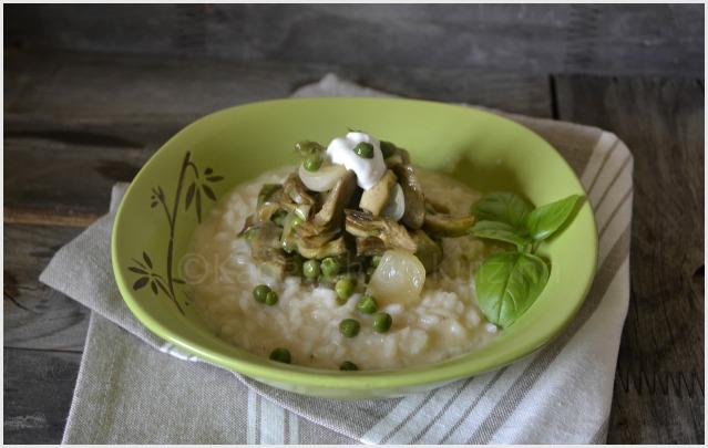 Présentation du risotto légumes bio printaniers avec des petits pois, courgettes et artichauts